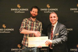 Von links: Oster-Pokerturnier Sieger Benjamin Hohl, Duty Manager Ibo Akovali, Swiss Casinos Schaffhausen.