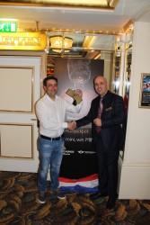 Gewinner Monteiro Rodriguez (l.) und Duty Manager Ibrahim Akovali