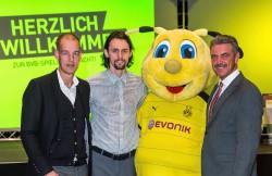 V.l.: BVB-Marketing-Chef Carsten Cramer, Neven Subotic, BVB-Maskottchen Emma, Spielbank-Direktor Jürgen Hammel (Foto: Sebastian Drüen)