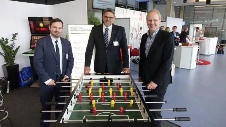 Von rechts nach links: Norman Ilsemann (DAW), Heinz Basse (AVN) und Stephna Schostock (OB Hannover).