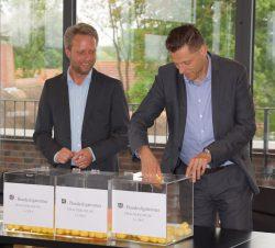 Burkhard Revers (rechts), Geschäftsführer Schmidt Gruppe Service GmbH, und Ralf Bohlje, Geschäftsleitung Allgemeine Zeitung, bei der Finalverlosung.