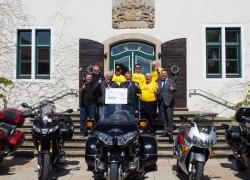 Paul Gauselmann, Vorstandssprecher der Gauselmann Gruppe (Mitte), und Sascha Blodau, General Manager UK der Gauselmann Gruppe (rechts), übergaben den Spendenscheck im Wert von 10 000 Euro an die bacta Biker.
