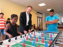 Christian Goy (kaufmännischer Leiter) übergibt Kickertische an soziale Einrichtungen.