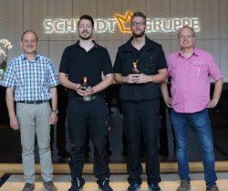 Heinz Fleige (Leiter Technik) und Karl-Heinz Volks (Leiter Technik Mitte) gratulierten Mischael Gonzalez Chavero und Julian Frenzel zur erfolgreichen Abschlussprüfung zum Automatenfachmann.