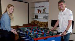 Bianca Arens überreichte den Hauptpreis, einen Tischkicker, den die SCHMIDT Gruppe ausgelobt hatte.