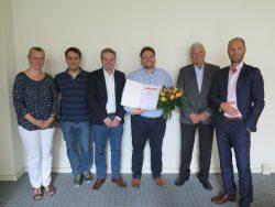 Jubilar Peter Nötzold (dritter von rechts) mit Kollegen und Geschäftsleitung