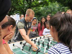 Johannes Kirsch im Match mit den Teilnehmern.