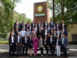 Der Startschuss für den ersten Jahrgang des BusinessCampus@Gauselmann ist gefallen. rechts: Armin Gauselmann, unter dessen Ägide das Entwicklungsprogramm für die künftigen Führungskräfte und Spezialisten der Unternehmensgruppe Mitte Juni 2016 startete. Neben den 18 Teilnehmern nahmen auch die jeweiligen Vorgesetzten und Geschäftsführer an der Auftaktveranstaltung teil.