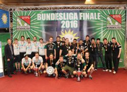 Die glücklichen Gewinner der Deutschen Meisterschaft, die TFBS Koblenz (Mitte), können nach einem langen Kampf gegen die Spieler vom TFC Leipzig (links) die Meisterschale in den Händen halten. Platz drei ging an den Vorjahressieger CBB Wedel. Überreicht wurden die Trophäen von Nils Rullkötter (1.v.l.), Vertreter des Hauptsponsors Gauselmann Gruppe.
