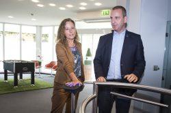 Brandenburgs Finanzstaatssekretärin Daniela Trochowski startet im August 2016 das neue Einlasssystem im Beisein des Leiters der Spielbank Cottbus, Thorsten Schürkötter. (Foto: BSB)