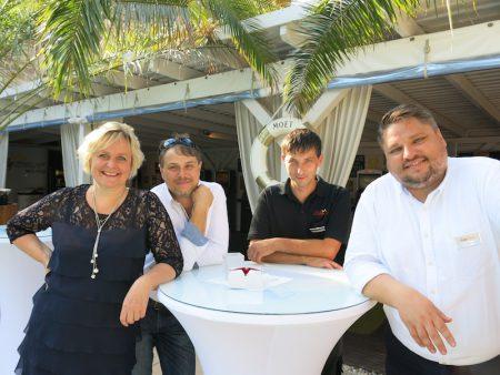 Vertriebsleiterin Nord und Ost Grit Zimmermann (li) mit Team und Produktmanager Peter Nötzold (re) in Dresden