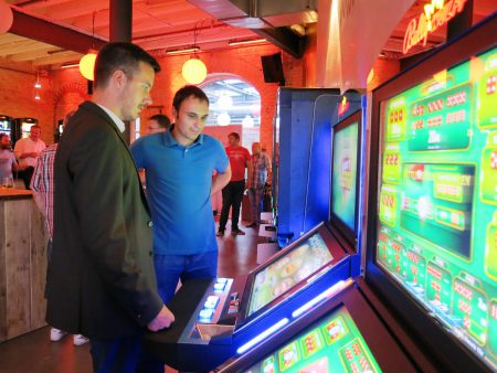 Produktmanager Matthias Varivoda erklärt die neuen Spielepakete in Mannheim