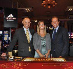 Wolfgang Bliem, CEO der Grand Casino Luzern Gruppe, und Philipp Albrecht, Marketing und F&B Direktor, mit der glücklichen Jassino-Turniersiegerin Fabienne Bamert.