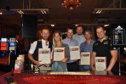 Die stolzen Jassino-TurnierteilnehmerInnen Marco Kunz, Fabienne Bamert, Dave Zibung, Daniel Hügli und Christian Schuler (v.l.n.r.) mit Dealer Renato Meisser (hinten).