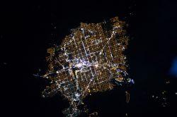 Weltraumaufnahme von Las Vegas bei Nacht. Hier sieht man besonders gut den starken Kontrast der hell erleuchteten Stadt zur dunklen, umgebenden Wüste. (Foto: ISS Expedition 26 crew - NASA Earth Observatory)