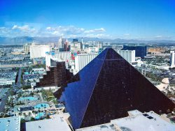 Die Hotelpyramide des Luxor. (Foto: Max W. Schwarz / CC BY-SA 2.5)