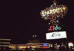 Das bekannte Neonschild des Stardust Casinos, 1990 (Foto: Henning Schlottmann / CC BY 1.0)