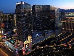 The Cosmopolitan of Las Vegas am Abend. Ganz links im Bild ist noch The Harmon Hotel zu sehen welches inzwischen, aufgrund von Baumängeln, abgerissen wurde. (Foto: Allen McGregor / CC BY 2.0)