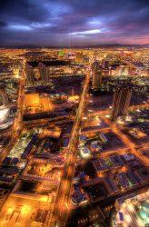 Las Vegas Valley im Morgengrauen, aufgenommen aus dem Stratosphere Tower. Im Hintergrund sieht man den Lichtstrahl des Luxor. (Foto: Ville Miettinen / CC BY 2.0)