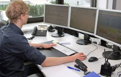 Hat seinen Platz im Unternehmen gefunden: Marvin Kattelmann schloss zunächst eine dreieinhalbjährige Ausbildung zum Elektroniker für Geräte und Systeme im Unternehmen erfolgreich ab und arbeitet seitdem im Kundencenter. Schon nach kurzer Zeit wurde er zum Junior-Teamleiter ernannt.