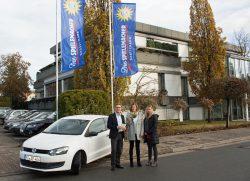 v.l.: Armin Gauselmann übergibt die Schlüssel für den VW Polo an Sarah Otte-Krone und Elke Plegge von anima.