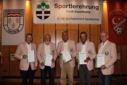 """Die Herren 70 des TVE wurden als """"Mannschaft des Jahres"""" ausgezeichnet (v.l.): Paul Gauselmann, Jakob Martens (von der 2. Mannschaft) Roland Scholz, Stepan Koudelka und Herman Smidt (Deutsche Meister-Mannschaft)."""