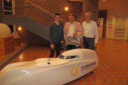 Die Liegeradfahrer Matthias König (l.) und Ralf Golanowsky (r.) bedankten sich bei Paul Gauselmann für die Unterstützung mit einem Bild.