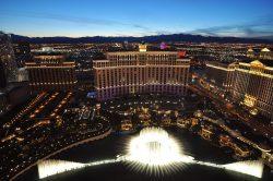 Bellagio Fountains vom Paris Las Vegas aus gesehen. (Foto: chensiyuan / GFDL)