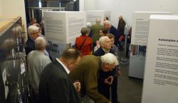 Besucher in der Ausstellung.