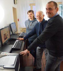 Stephan Böhnke (1. v.r.) übergibt das IT-Equipments für die Begegnungsstätte Grenzenlos an Ludger Schulte-Roling und Lilia Darcin.