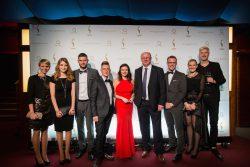 Das Personalmarketing-Team mit Wolfgang Regenbrecht, Leiter Personal (4.v.r.), und Lars von der Wellen, Leiter Personalmarketing (3.v.r.), und den weiteren Beteiligten bei der Verleihung des HR Excellence Awards 2016. (Foto: Julia Nimke/Quadriga Media)