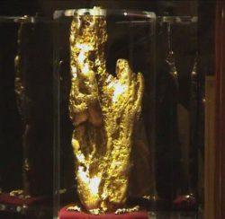 """Die im Golden Nugget ausgestellte """"Hand of Faith"""", das größte Gold Nugget das je mit Hilfe eines Metall Detektors gefunden wurde. (Foto: FF23-fr / CC BY 3.0)"""