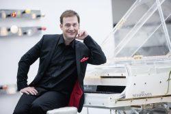 """Eines der Highlights bei der Gala Night – Michael Zalejski alias """"Udo Jürgens"""" begeistert auf der Spielbankbühne. (Foto: SGZ Entertainment)"""