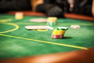 Auf dem Casino-Tisch liegen Chips und Karten