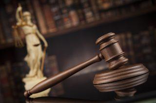 Richterhammer in einem Gerichtssaal