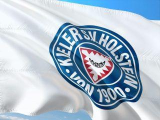 Wappen des Sportvereins Holstein Kiel auf einer weißen Flagge
