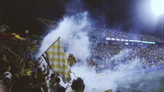 Fankurve mit Fans des Columbus Crew SC unter Flutlicht