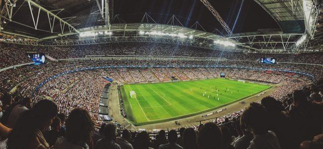 Prall gefülltes Fußballstadion bei einem wichtigen Spiel