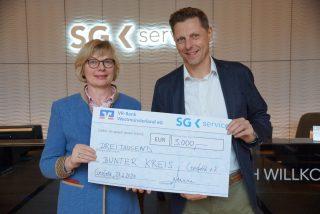 Burkhard Revers überreicht Spendenscheck