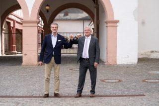 Der neue Aufsichtsratsvorsitzende der LOTTO Hessen GmbH, Finanzstaatssekretär Dr. Martin Worms (links), wird bei seiner heutigen, ersten Sitzung als Vorsitzender herzlich begrüßt von Dr. Heinz-Georg Sundermann, Geschäftsführer LOTTO Hessen (Ort der Aufnahme und Sitzung: Kloster Eberbach / Foto: LOTTO Hessen).