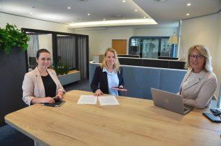 Effektive Kommunikation: Am großen Stehtisch können Christina Mende (von links), Christine Lindemann und Sylvia Blaha schnell und unkompliziert den Projektstand besprechen.