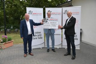 V.l.n.r.: Magnus Schneider (Vorstandsvorsitzender der Lotto Rheinland-Pfalz – Stiftung), Andreas Zels (Vorsitzender der LIGA der Freien Wohlfahrtspflege) und Jacob Geditz (Vorstandsvorsitzender von Die Jugendherbergen)