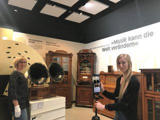 Fabiana Kresse filmt Kollegin Heike Bohbrink in der Ausstellung.