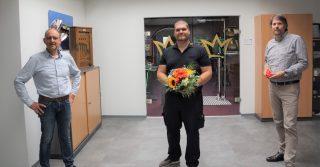 Heinz Fleige gratuliert gemeinsam mit René ten Weges dem Automatenfachmann Frederik Sperk zum Ausbildungsende.