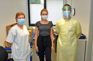 Gleich wird getestet: Gauselmann-Mitarbeiterin Pauline Gringel (Mitte) mit Laura Küppers und Maurizio Röbbel vom Johannes Wesling Klinikum Minden.