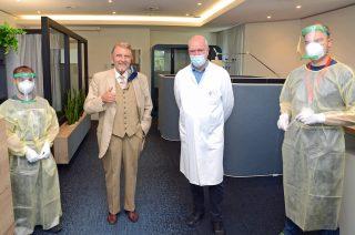 Kurz vor dem Corona-Test: Paul Gauselmann mit Professor Dr. med. Franz-Josef Schmitz und den Klinikum-Mitarbeitern Tobias Vollmer (links) und Marco Scholz (rechts).