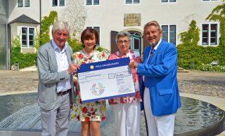 Großzügige Geste: Paul und Karin Gauselmann überreichen den Scheck über 86.000 Euro an Hermann Gärtner und Ehefrau Brigitte.