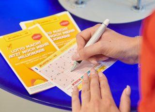 Auf einem normalen Lottoschein werden für LOTTO 6aus49 sechs Zahlen angekreuzt. Bei einem Systemschein können - je nach Spieltyp - mehr Kreuzchen gemacht werden. (Foto: WestLotto/Schlag und Roy)