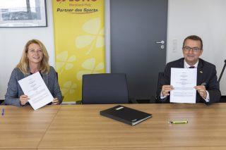Lotto-Geschäftsführer Jürgen Häfner(rechts) und Studiengangsleiterin Prof. Dr. Bettina Reuter unterzeichnen die Kooperationsverträge für weitere drei Jahre.