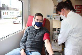 Tobias Rüter und weitere 171 Mitarbeiterinnen und Mitarbeiter der Gauselmann Gruppe spendeten bei der Blutspendeaktion in Espelkamp und Lübbecke ihr Blut.